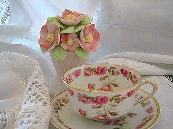 Teacup-with-roses-coreyamar