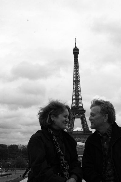 Kissing by the eiffel