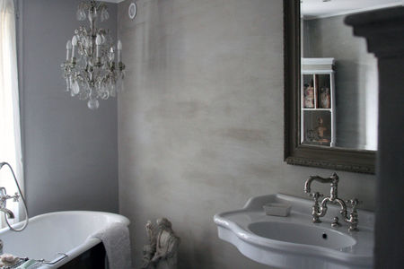 Bathroom-with-chandelier