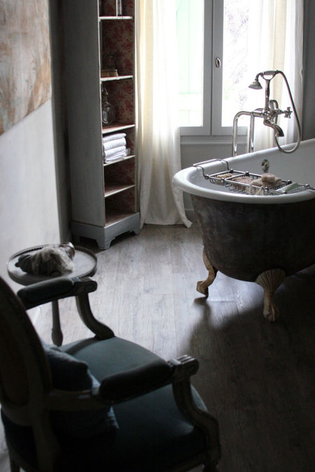 Tub-sits-in-the-middle