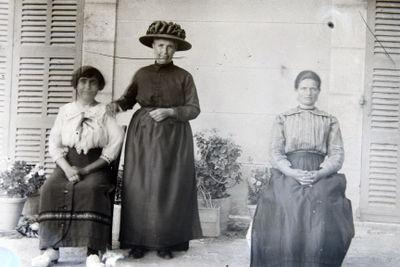 antique photographs on glass slides Three-women
