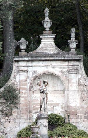 Chateau-Barben-statue