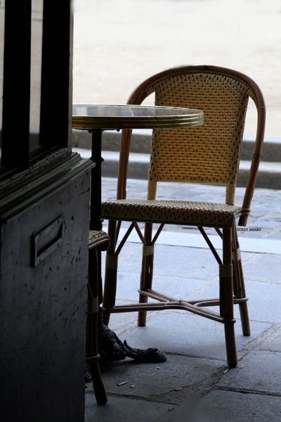Table-outside-of-cafe