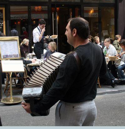 Busker-in-Paris