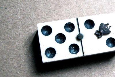 Clasp-bee-domino