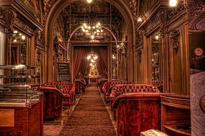 LE train bleu ottoman bar