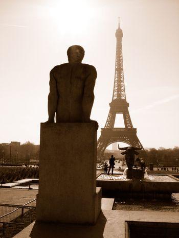 Eiffel_tower_man
