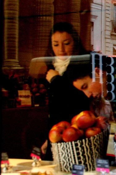 Fauchon_checking_out_the_apples