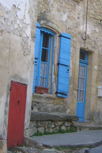 Blue_shutters_on_a_clear_day